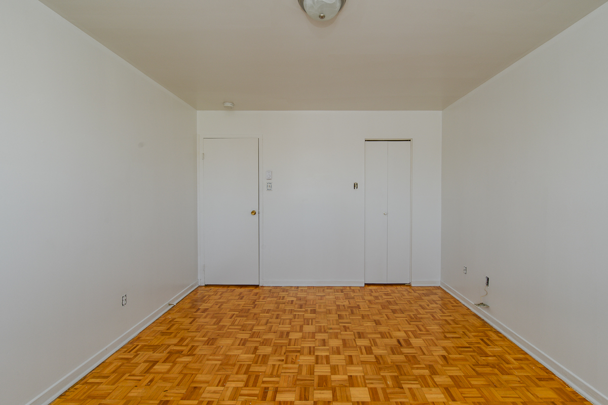 1 bedroom Apartments for rent in Laval at 5025 Samson - Photo 03 - RentQuebecApartments – L28107