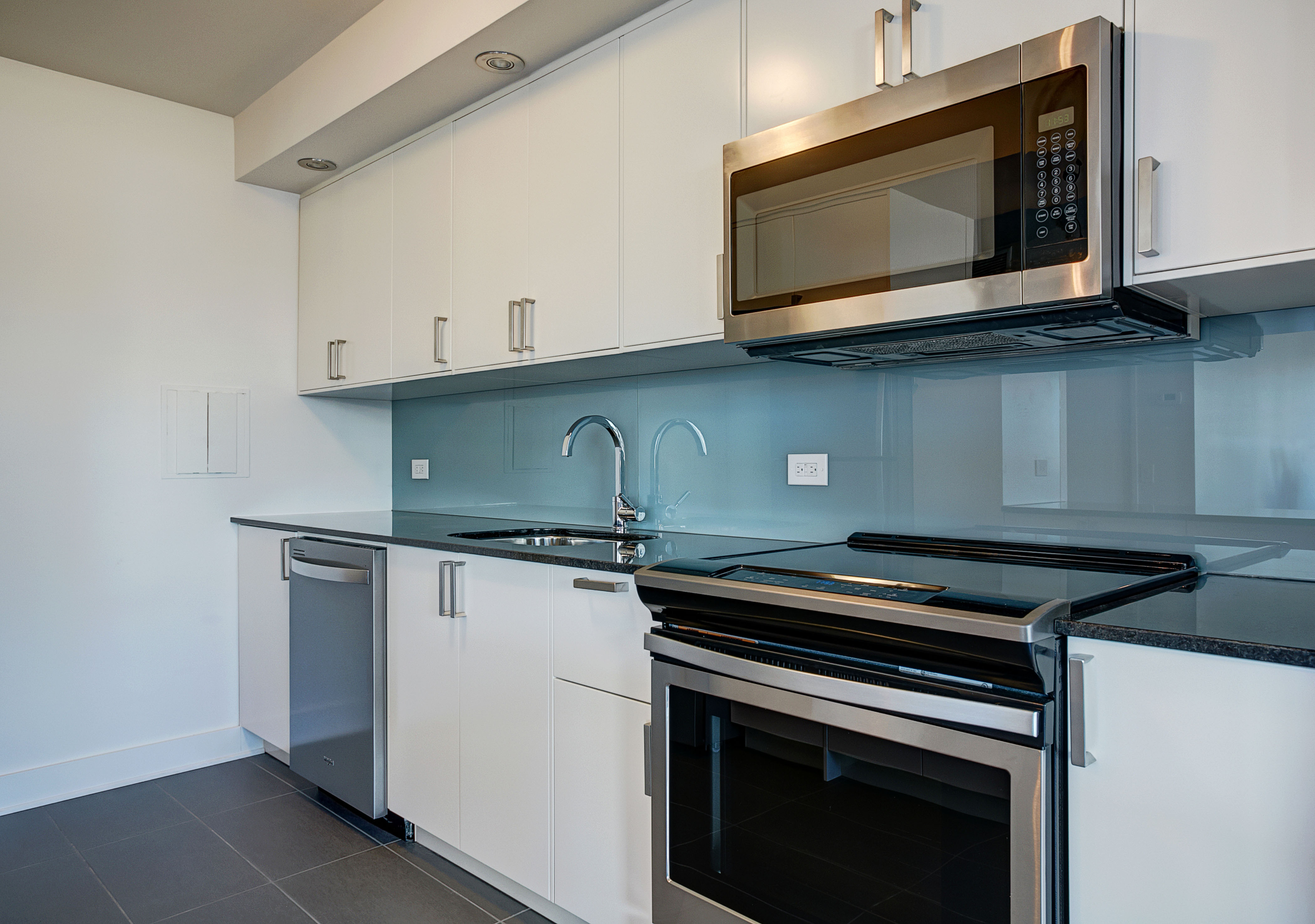 luxurious 2 bedroom Apartments for rent in Montreal (Downtown) at Le Parc - Photo 02 - RentQuebecApartments – L1789