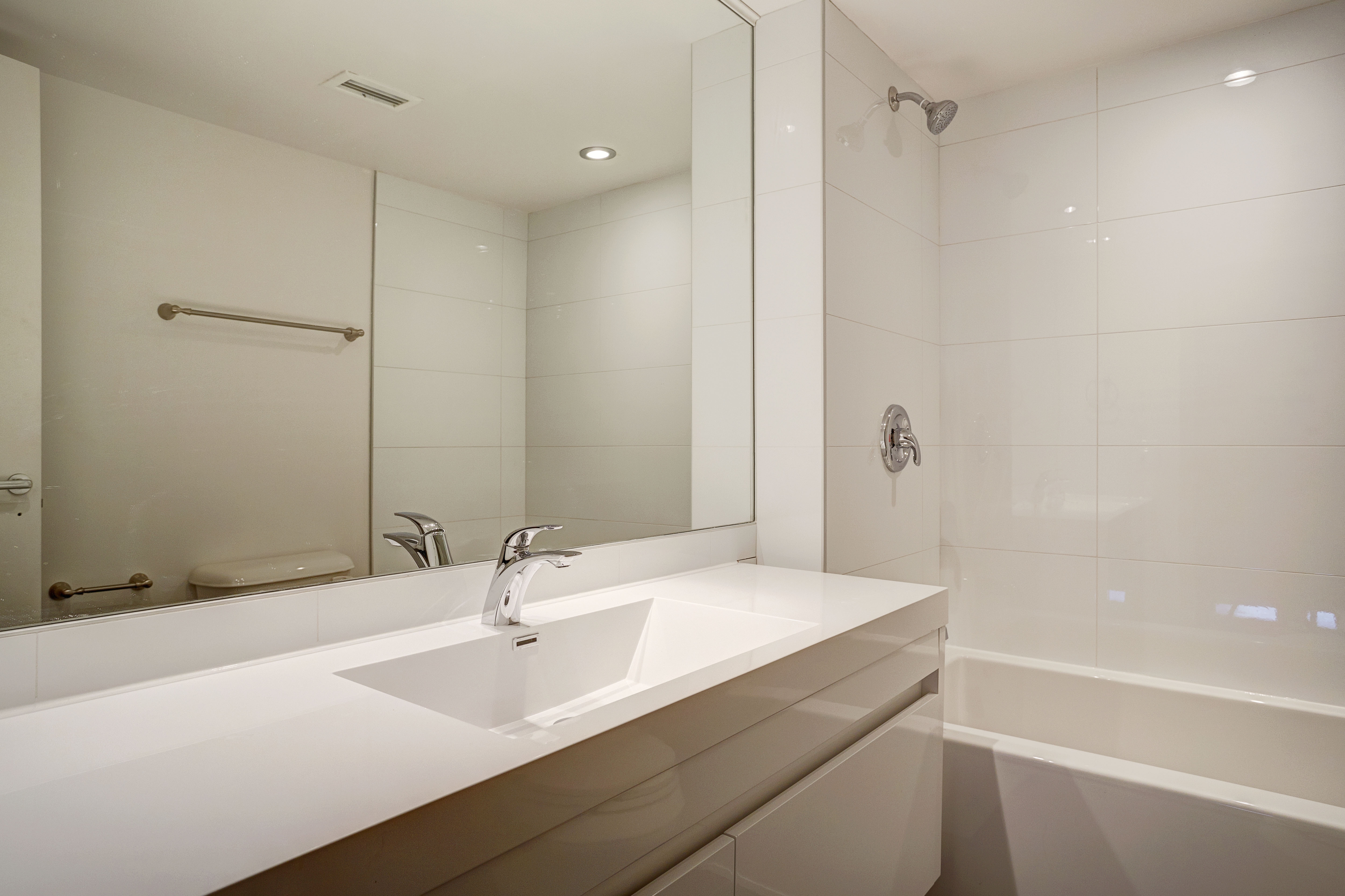 luxurious 2 bedroom Apartments for rent in Montreal (Downtown) at Le Parc - Photo 05 - RentQuebecApartments – L1789