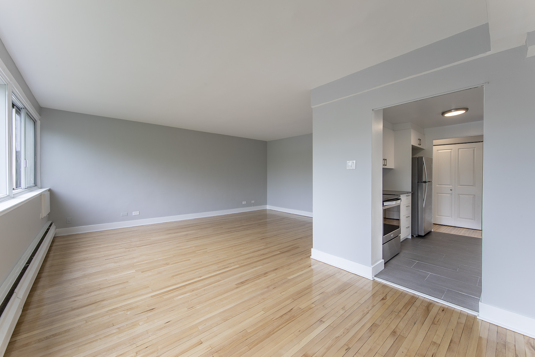 1 bedroom Apartments for rent in Cote-St-Luc at 5765 Cote St-Luc - Photo 02 - RentQuebecApartments – L401532