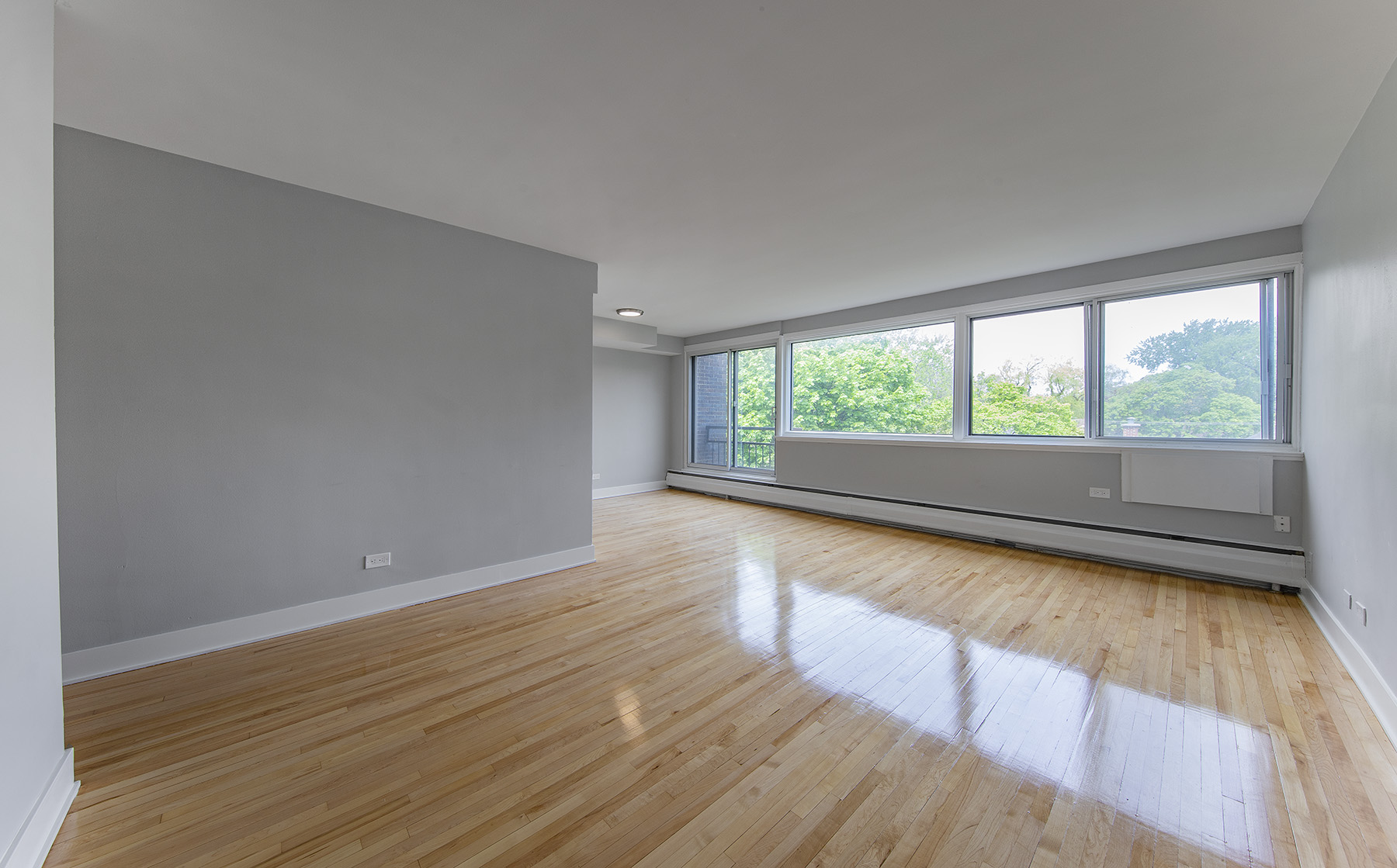 1 bedroom Apartments for rent in Cote-St-Luc at 5765 Cote St-Luc - Photo 01 - RentQuebecApartments – L401532