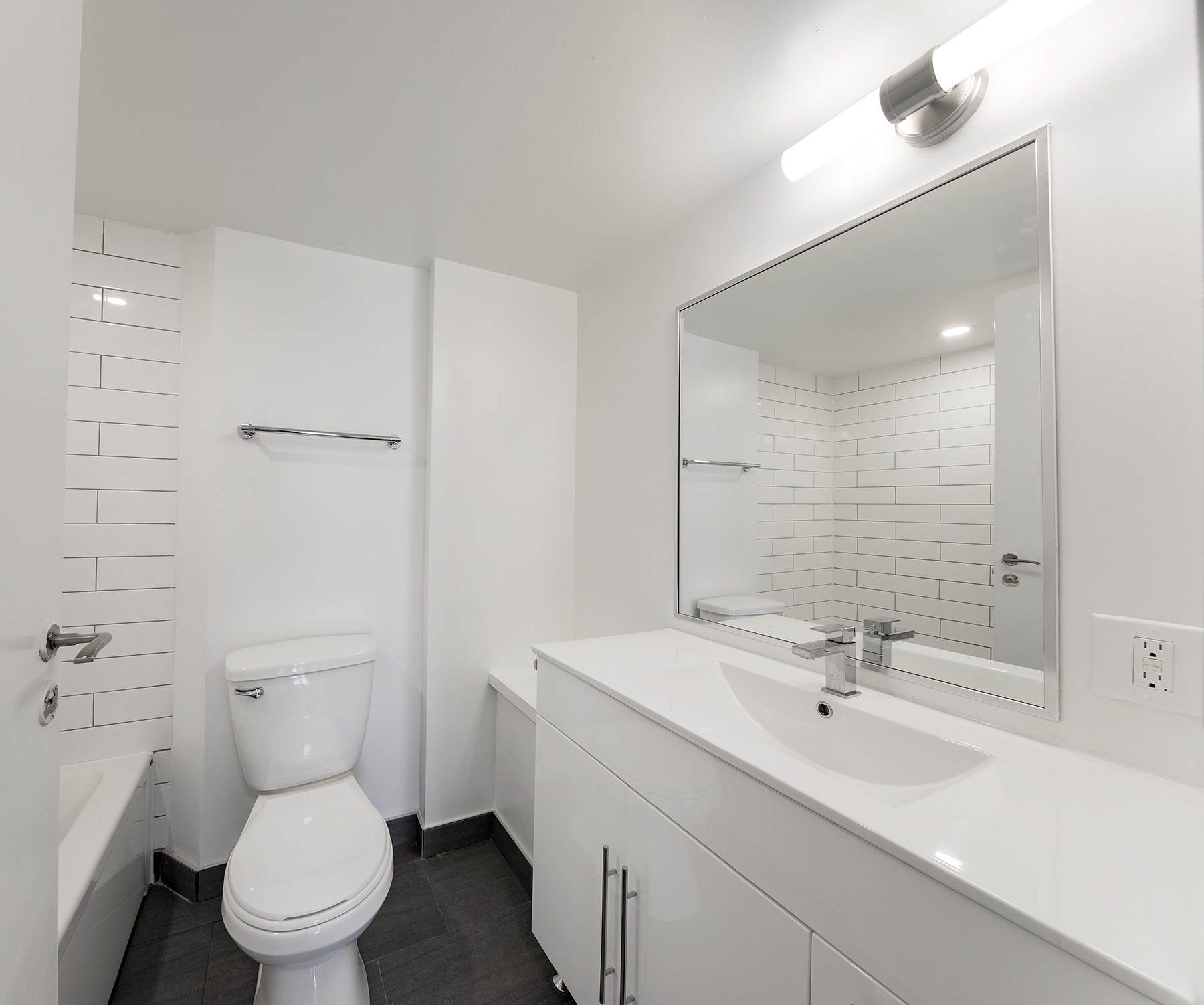 1 bedroom Apartments for rent in Cote-St-Luc at 5765 Cote St-Luc - Photo 06 - RentQuebecApartments – L401532