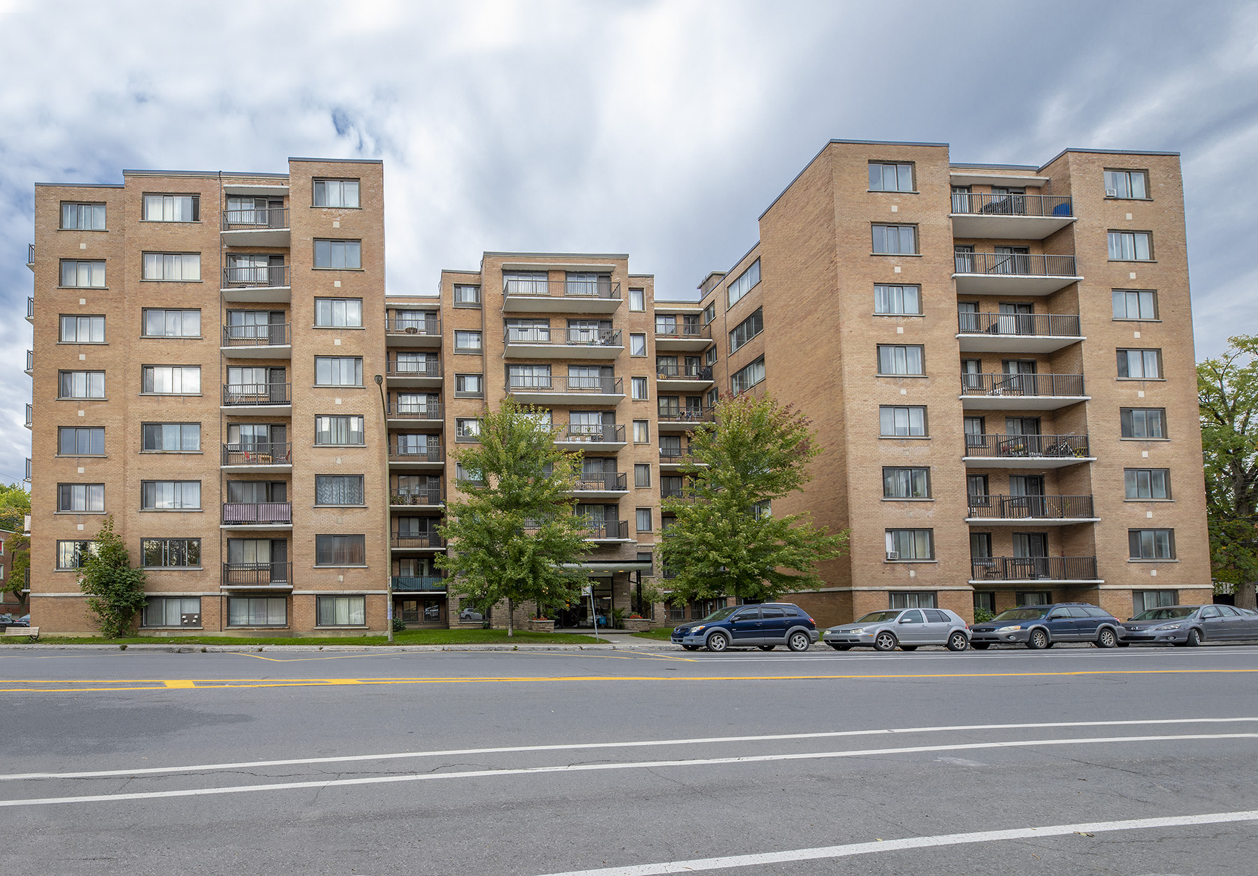 1 bedroom Apartments for rent in Montreal West at 6955 Fielding - Photo 01 - RentQuebecApartments – L401541
