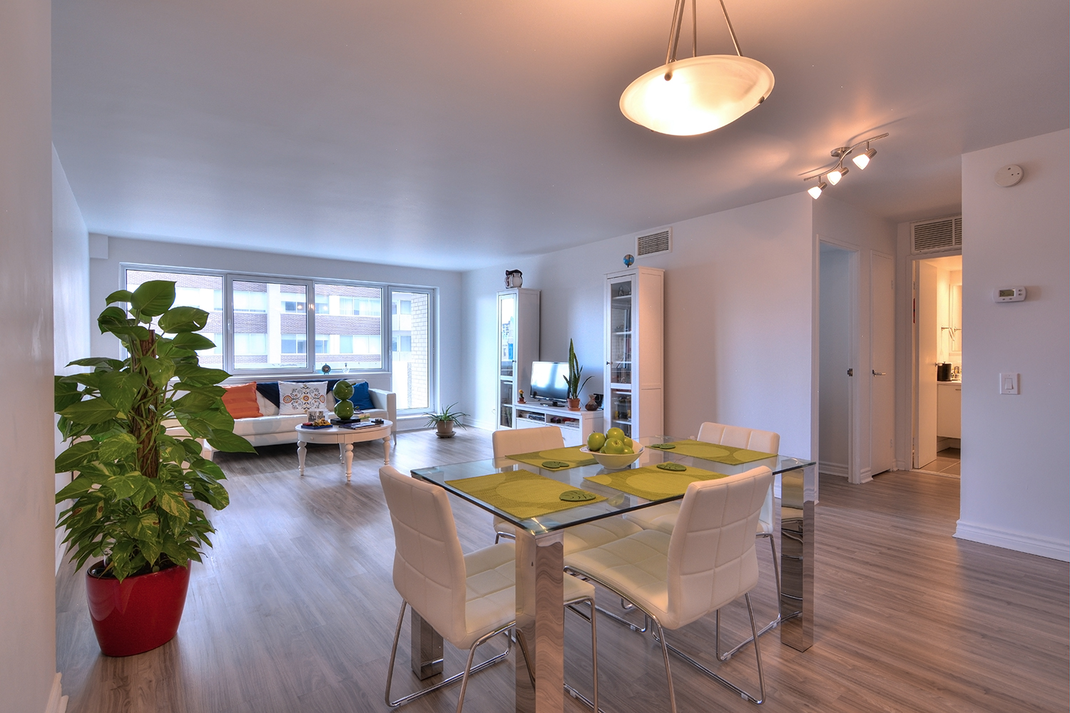 luxurious 1 bedroom Apartments for rent in Montreal (Downtown) at Le Parc - Photo 02 - RentQuebecApartments – L2099