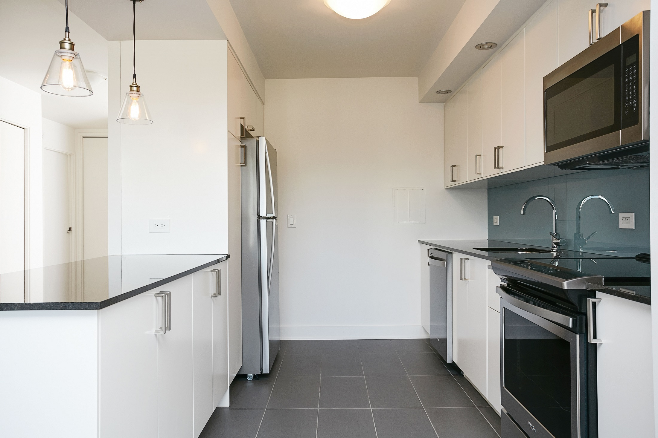 luxurious 1 bedroom Apartments for rent in Montreal (Downtown) at Le Parc - Photo 08 - RentQuebecApartments – L2099